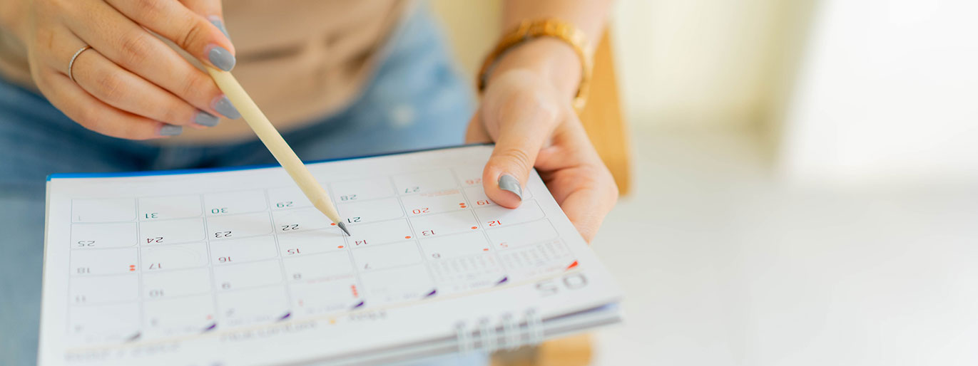 pessoa segurando um calendário
