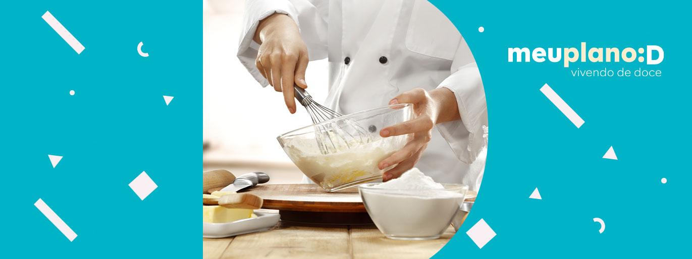 misturando ingredientes em uma travessa
