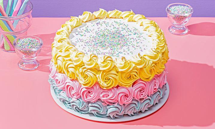 bolos de aniversário colorido com chantilinho